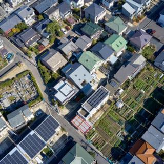 Y邸上空から。写真中央、屋根に大きな開口がある家がY邸。このエリアは住人しか使わない私道の生活道路が多く、同じ生活道路を使う人同士の温かなコミュニティが形成されている