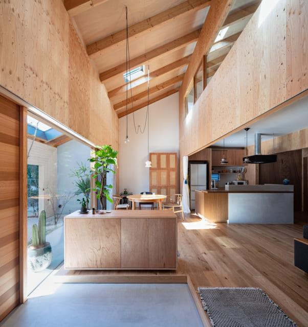 玄関土間からダイニングスペースを見る。Y邸には造作家具が豊富。手前のシューズボックスは反対側がダイニング用の収納になった機能的な造り。写真奥、ダイニングテーブルの先の造作家具はラタン張り。これは家づくりの思い出として、Yさまご自身がラタン張りを行っている