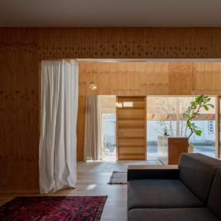 リビングスペースから玄関を見る。一定のスパンで並ぶ門型フレームによって、大きなワンルームがリビング、ダイニングなど適度にゾーニングされており、家具などの配置を決めやすい