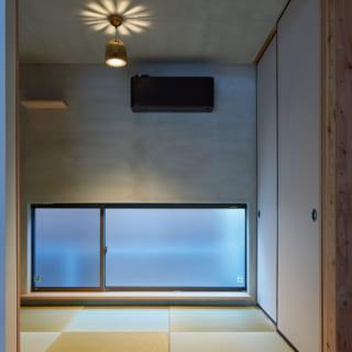 LDK奥の和室は天井と壁をモルタルで仕上げた。Yさま所有のアンティーク照明も雰囲気がよく、落ち着ける