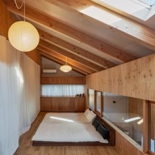 2階中央の門型フレームにつけたカーテンを閉めるとベッドまわりが仕切られ、落ち着いて休める。2階は必要に応じて最大3つの個室に分けられるよう、窓やコンセントなどの位置に配慮している