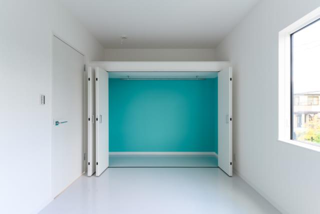 2階北東、居室B。T様のご要望だった、差し色としてのライトなブルーグリーンは収納の壁面に使用した。扉を開けると明るい色が目に飛び込んできて、毎回新鮮な感動が得られる