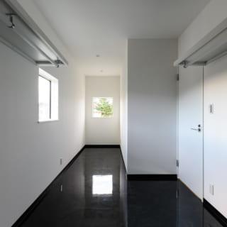 2階、2カ所あるウォークインクローゼットのうちの1つ。ハンガーパイプも張り巡らされた大容量のクローゼットだ。「ホテルライクな暮らし」というコンセプトを実現するためには生活空間には余計なものを置きたくない。そこで、収納する場所をひとつに集めたという