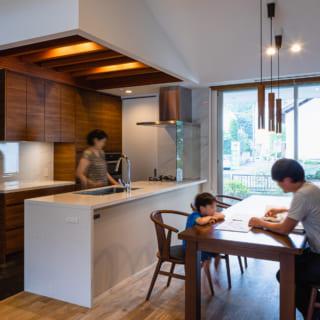 キッチンも今回造作したもの。来客が多いので、3mくらいと大き目に作られた。対面になっているので、作った料理をすぐにテーブルに運ぶことができる