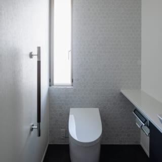 縦長の窓を設けたモダンなトイレ。Tさんと水野さんでショールームにも足を運んだそう