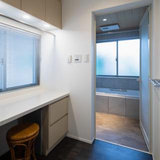 バスルームの前に脱衣室。雨の日は洗濯物を干すこともできるほか、アイロンなどを書けるスペースもある
