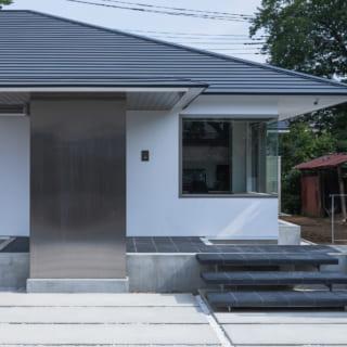 来客が多いということで玄関のすぐ右側には来客を迎えるための応接室が設けられている