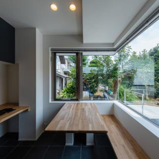 応接室には必要に応じて広げて使えるよう、折りたためるテーブルを設置