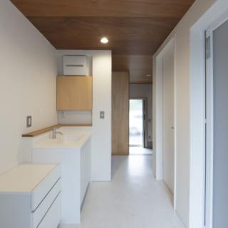 自邸1階のゆったりとした水まわり。内装は木目と白で仕上げ、ナチュラルで清潔感あふれる空間に