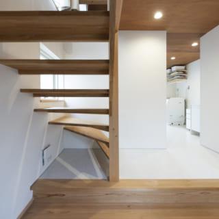 自邸玄関から邸内を見る。自邸の1階は玄関と水まわり。写真奥に洗面室やバスルームがある