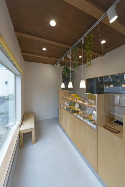 ちょっと休憩できるベンチが置かれた店内。東(写真左)に大きな窓があり、東の道路から店内の様子がわかる