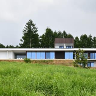直線的なフォルムが美しいYさん邸。現在では前庭も整えられ、BBQやテントも張れるスペースとなっているという
