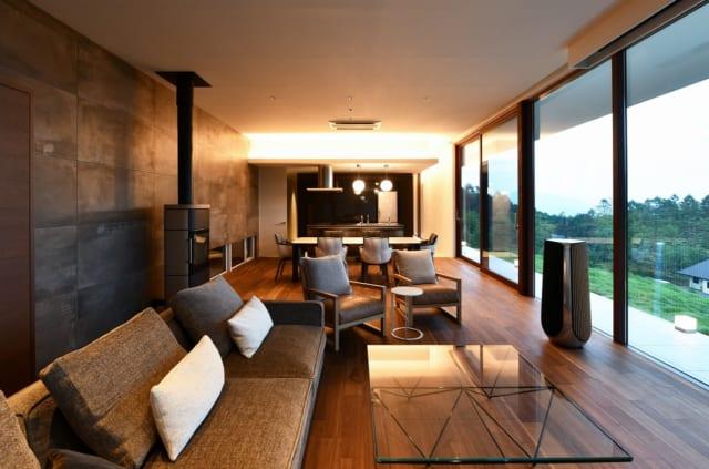 天井高3mもある開放感抜群のLDKは、高級感のある家具やインテリアで彩られた。床暖、薪ストーブ、高断熱仕様のサッシで冬の寒さ対策も万全