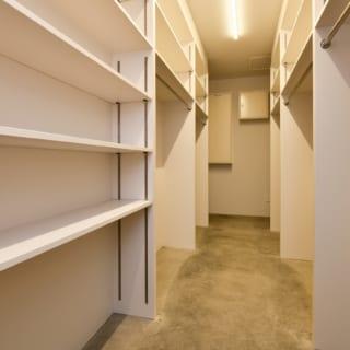 エントランス脇には、大容量のクロークルーム。ゲストはここにコートや荷物を置くことができる