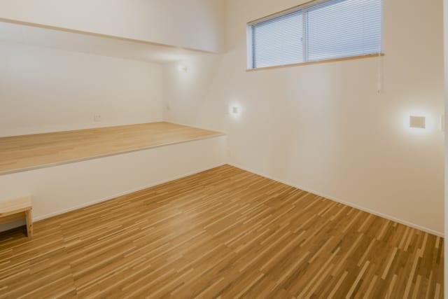2階の寝室。1階ダイニングを折り上げ天井にした部分をロフトとして活用