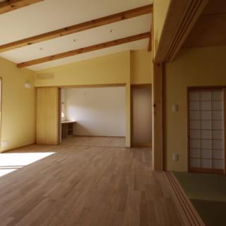 リビングから奥さまの趣味室までを見る。この後、趣味室にはグランドピアノが設置された。趣味室の右の扉は寝室の前室につながる。リビングで過ごす音や光が、先に眠った人の妨げにならないよう、リビングからは前室を通って主寝室に向かうようにした