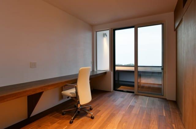 1人静かに仕事に没頭できる書斎。窓の先にはプライベートデッキも