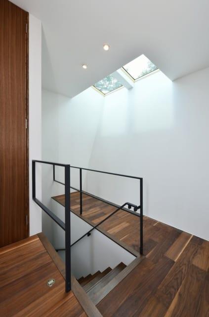 3階は、階段脇のトップライトから降り注ぐ陽光が反射し、明るく照らされる