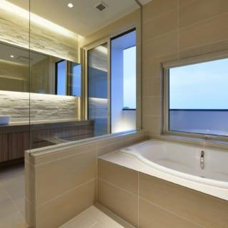 3階に設けられた、洗面・浴室。湯に浸かりながら昼には富士山、夜には星空が楽しめるのだとか