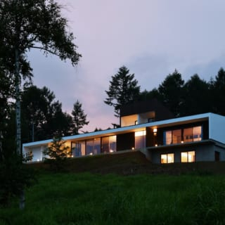 夜になれば、照明の灯りが建物を浮かび上がらせる