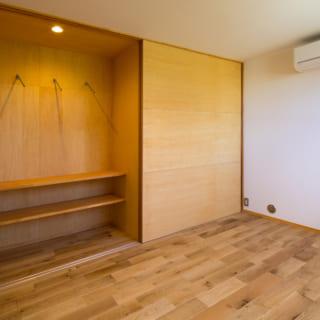 長女の部屋から見た収納。左半分は長女の部屋からしか使えないが、洋服をディスプレーのように飾ることができる