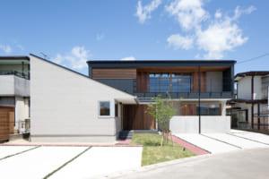 広いウッドデッキと室内が一体化 開放感溢れる店舗併用二世帯住宅