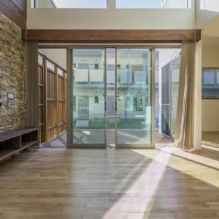 建物をコの字に配し、中庭を設けることでプライバシーを確保しつつ、室内に明かりを導いた
