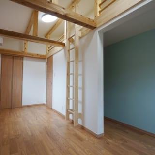 子ども室にも梯子がかけられるなど、楽しい仕掛けが。天井の梁からは、N邸の大樹状の柱の姿が感じられる