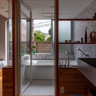 バスルームはハーフユニットを採用。大きく窓を取り明るく開放的なバスルームになった