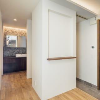 玄関には、回遊できるシューズインクローゼット。洗面台はお客様も利用できるようあえて独立させた