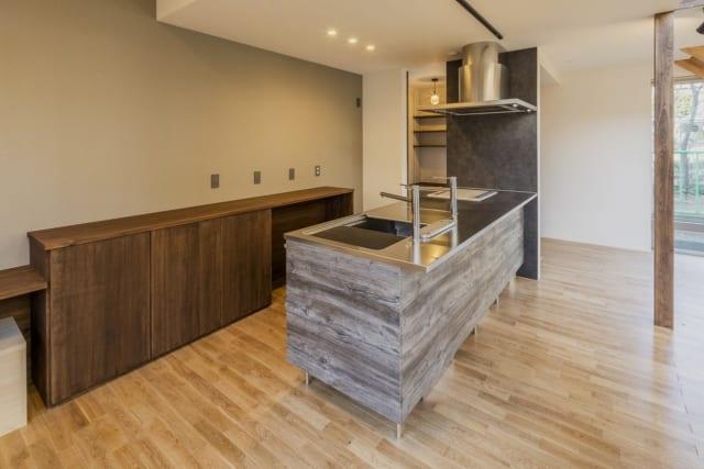 炊事をしながら家族の様子が伺えるアイランドキッチン。奥には勝手口につながるパントリーを設置した