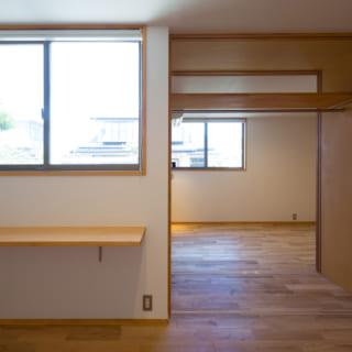 長男の部屋から長女の個室を見た様子。収納を半分ずつ使ったり、1人で使ったり、部屋を一体化して使ったり、柔軟に使用できる