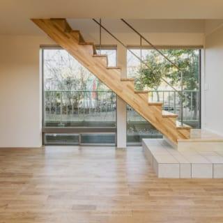 公園に面した窓に階段を設置することで、外から丸見えになることを防ぐ。 最初の1段をタイルとすることで高級感を演出