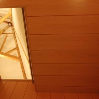 1階浴室。天井の一部がくり抜かれ、大樹状の柱の頂点が見える。視線が抜けるため空間を広く感じられるのに加え、蒸気も浴室の外に出ていくので冬は加湿の役割も果たす。「大きな木の下で暮らしているということも感じられます」と井上さん