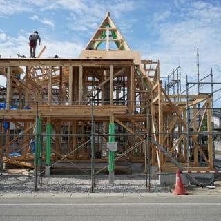 建築中の様子。三角錐とその下の柱など、複雑なつくりをしているため現場で職人が手刻みした木材で作業が進められた。こうした複雑な設計でも、詳細な図面をつくり施工会社に丸投げせず相談しながら進めることで、しっかりとした、よりよいものができあがる