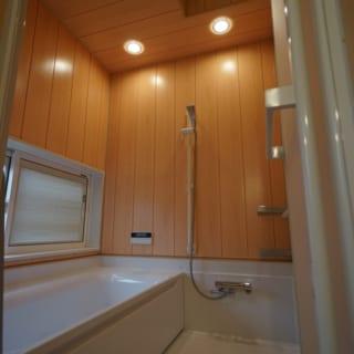 浴室。浴槽の反対側にくり抜き部分を計画した理由は視線の方向もあるが、蒸気の量も調節しているとのこと