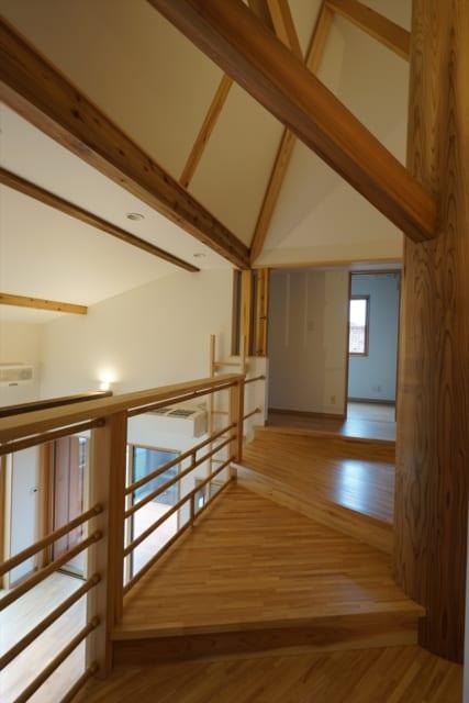 2階、寝室側から子ども室方向を見る。広さがある階段は、家族が交流する場でもある