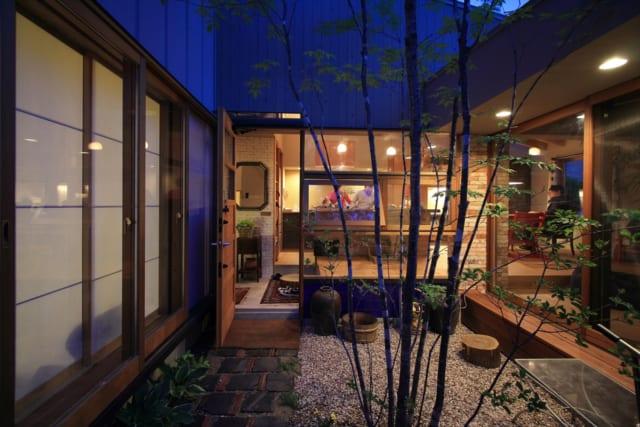 中庭は解放感や採光をもたらすだけではない。使える中庭として縁側に座ったり、椅子を置いて夕涼みすることもあるのだという