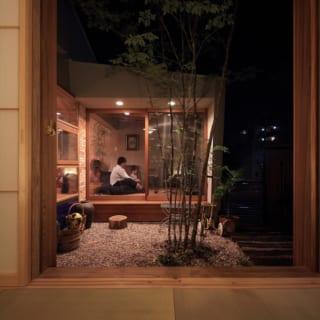 和室の四角く切り取られた窓の先に中庭が。さらに先にあるリビングへとつながる。
