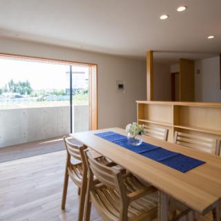 木製サッシをフルオープンにした状態。夏は網戸、冬は木製のガラス戸で快適に過ごすことができる