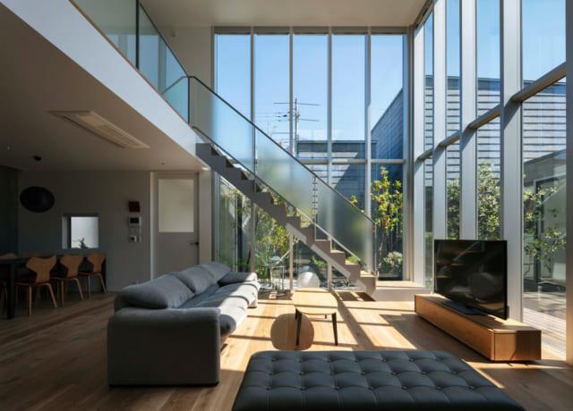 5.2mの吹き抜けのある、開放的なリビング。中庭越しに向き合う各棟の配置が空間の広がりと奥行きを感じさせる