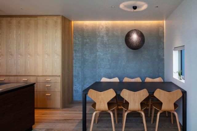 食器や調理家電を収納する棚は平野さんのオリジナル。ダイニングセットやランプも、平野さんがセレクトし提案するなど、インテリアもトータルにコーディネート