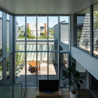 2階の寝室への廊下は、リビング・中庭を見下ろしながら、遠くの景色まで見渡せる絶好のビュースポット
