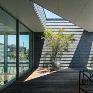 Yさんの寝室には、若草山も望める専用のテラスが。三角に切り取られた屋根からの日差しがつくる陰影が美しい