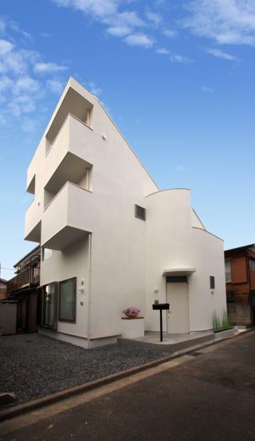 モダンな外観。スキップしたバルコニーが2段あって2階建てとは思えず、どんな家なのか気になってしまう