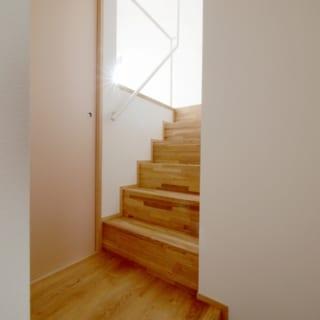 写真左、引き戸の先にある3層目の『奥の間』は、客間にもなる和室。階段上には4層目『空の間』が広がる