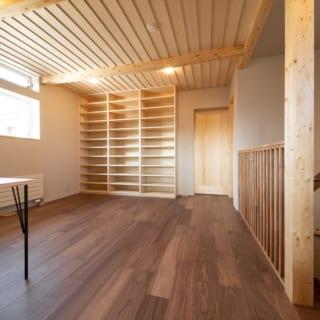 「リビング以外で家族が集える場所が欲しい」というお施主さまのご要望から生まれた、2階フリースペースはテレワークも可能。写真左の窓からは札幌市民に親しまれる手稲山が美しく見える。天井は下見板天井とし、木の温もりが感じられる空間だ。正面の扉は主寝室へ続いている