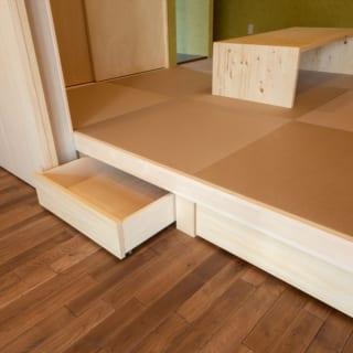 小上がりになっている1階和室。30cm床を上げてあり、ちょっとした椅子がわりにもなる。また、高さを利用してその下に収納を設けた。将来的にはここを寝室にする予定のお施主さま。そのときは小上がりを取り払い、床をフラットにできる