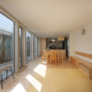 リビングから見たキッチン。床材にはカバの無垢材が使われている。左側に見えるのがテラスで、家のどこからでもこのテラスを眺めることができる