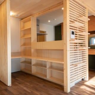 1階ワークスペース。家事室の用途として計画されたものだが、子どもの勉強場所として、またテレワークスペースとしても使用が可能。キッチンとの壁をくり抜き、お互いの顔が見えるようにしているのも気が利いている